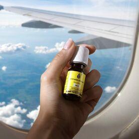 Les #voyages en #avion sont pour beaucoup synonymes de #vacances et d'aventure mais pour d'autres, c'est une vraie source d'angoisse. 😰  Si c'est votre cas, l'huile essentielle de Petitgrain Bigarade est pour vous !  👉 Grâce au linalol qu'elle contient, elle aide à apaiser le mental et à se relaxer pleinement.  🌱 Son odeur douce de feuilles d'agrumes.  📝 Avant de prendre l'avion, ou quand le stress monte, mettez 1 goutte sur vos poignets et inhalez profondément.  ⚠️ Ne pas utiliser avant 6 ans et déconseillé chez la femme enceinte ou allaitante.